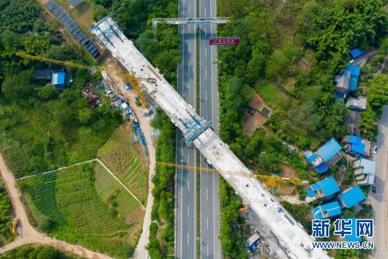 重庆铁路枢纽东环线首座跨高速公路特大桥连续梁合龙
